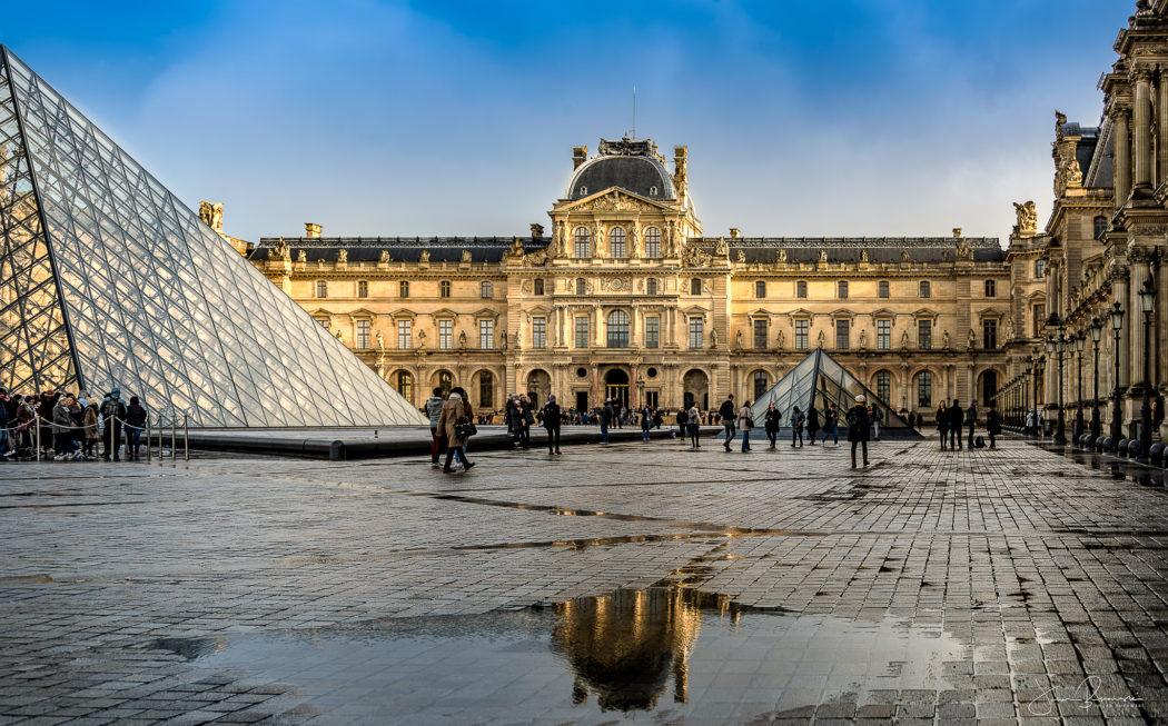 Reflet sur le Louvre (Paris)
